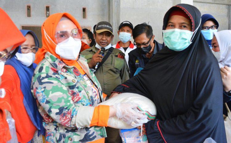 Ketua TP. PKK Sulteng Kunjungi Korban Banjir Desa Rogo-Sigi.